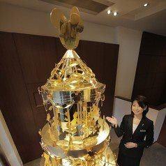 Tokijské klenotníctvo predstavilo vianočný stromček zo 40 kg zlata