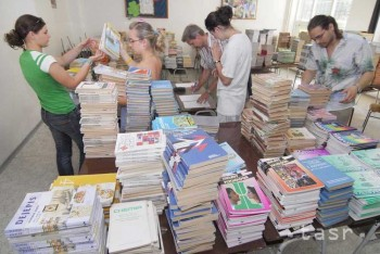 Žiaci doniesli D. Čaplovičovi svoje staré učebnice ako vianočný darček
