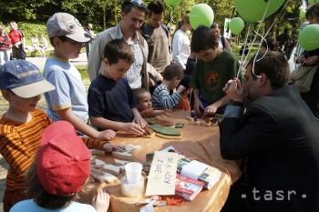 Školáci v bratislavskom Novom Meste vymenili lavice za les