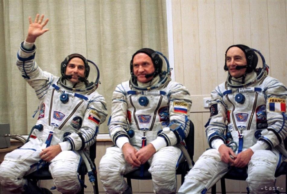 Kozmonauti /zľava/ Slovák Ivan Bella, Rus Viktor Afanasjev, Francúz Jean-Pierre Haigneré na poslednej tlačovej besede pred nástupom do rakety s kozmickou loďou Sojuz TM-29 pred štartom do vesmíru z kozmodromu Bajkonur v Kazachstane 20. februára 1999 Foto: TASR/AP Photo