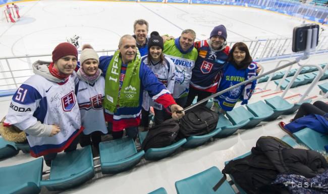 acd3b4607 Na snímke slovinskí a slovenskí hokejoví fanúšikovia pózujú na štadióne  Kwandong pred zápasom základnej B-skupiny Slovinsko - Slovensko na zimných  ...