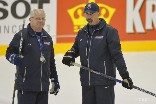 6e337cbec5d63 Na snímke tréner Zdeno Cíger (vpravo) a asistent trénera Július Šupler  (vľavo). Foto: TASR/Michal Svítok