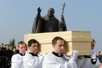 Veriaci sa rozlúčili s kardinálom Korcom, korec, n