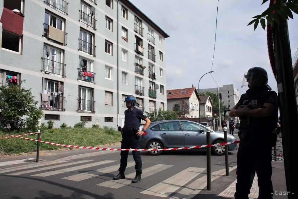 Pri Paríži strieľal muž v supermarkete, dvaja ľudia sú ťažko zranení