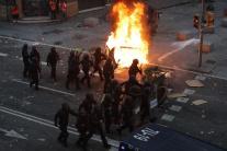 Polícia počas masových demonštrácií v Barcelone