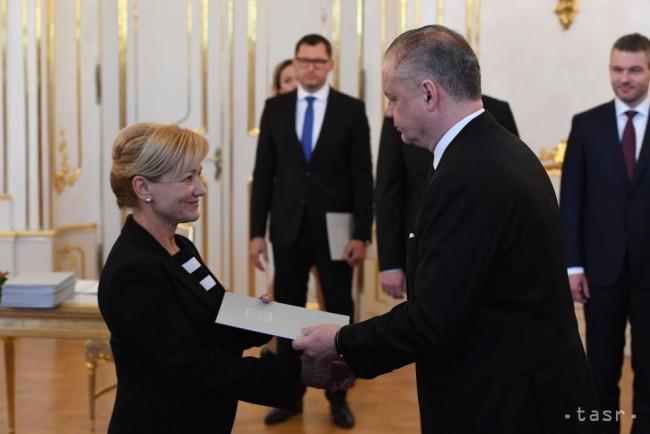 7278eaec977f6 Na archívnej snímke vpravo prezident SR Andrej Kiska, vľavo novovymenovaná  ministerka kultúry Ľubica Laššáková (Smer-SD). Foto: Pavel Neubauer
