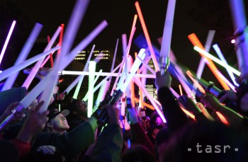 Fanúšikovia Star Wars dvíhajú svoje svietiace meče počas Glow Battle Tour v Grand Parku v Los Angeles.