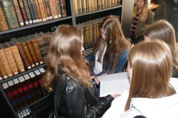 Na snímke študentky v odbornej knižnici Považského múzea v areáli Budatínskeho hradu v Žiline 21. marca 2019. V knižnici je k dispozícii takmer 12 600 knižničných jednotiek, z toho je 346 starých tlačí do r. 1918.