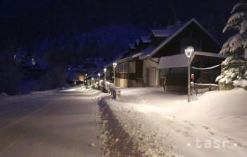 Na snímke dopravná situácia na ceste č. I/59 v skorých ranných hodinách na horskom priechode Donovaly 11. februára 2016.