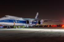 Nočný prílet lietadla na letisko M. R. Štefánika