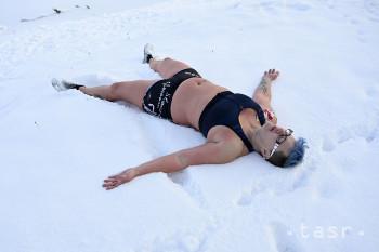 Otužilci a zimní plavci Trenčianske tulene si počas chladného nedeľného rána vysekali otvor v ľade a ponorili sa do vody jazierka na Ostrove v Trenčíne, 17. januára 2021.