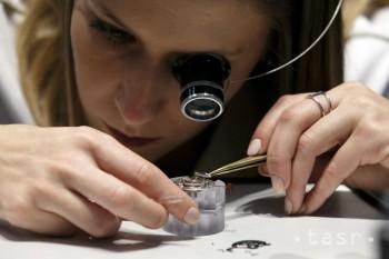 Na snímke práca hodinárky v stánku firmy Jaeger-LeCoultre na 28. ročníku Salon International de la Haute Horlogerie v Ženeve 15. januára 2018.