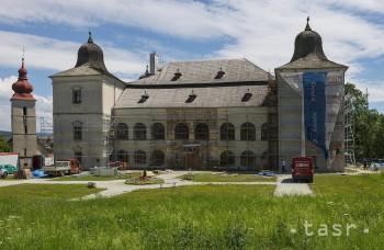 Na kaštieli v Hanušovciach nad Topľou rekonštruujú fasádu i okná