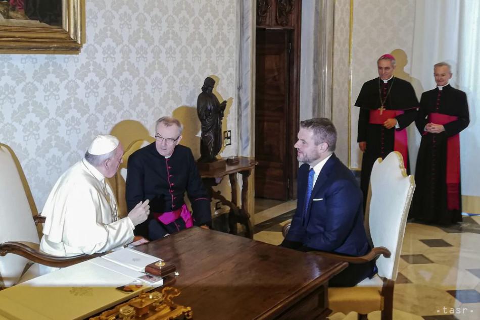 Na snímke vľavo pápež František v pondelok prijal slovenského premiéra Petra Pellegriniho (vľavo) s delegáciou počas jeho oficiálnej návštevy Svätej stolice. Foto: TASR - Monika Himpánová