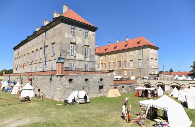 Na zámku v Holíči predvádzajú umenie sochári a drotári