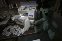 Mexičanka šije plyšové medvedíky z oblečenia obetí