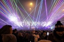 Na snímke novoročná laserová šou s ohňostrojom na