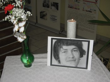 Bytčianske gymnázium vyvesilo čiernu zástavu na pamiatku Jána Kuciaka