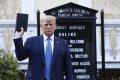 Trump tvrdí, že v bunkri nebol kvôli demonštrantom, ale na prehliadke