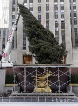Pred Rockefellerovým centrom v New Yorku sa rozžiaril vianočný strom