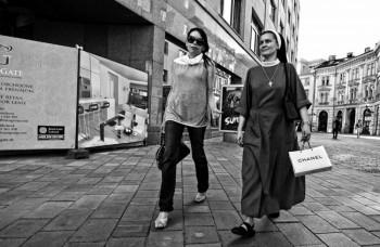 Mníška s taškou od Chanel – nemožné? Streetka vás presvedčí o opaku