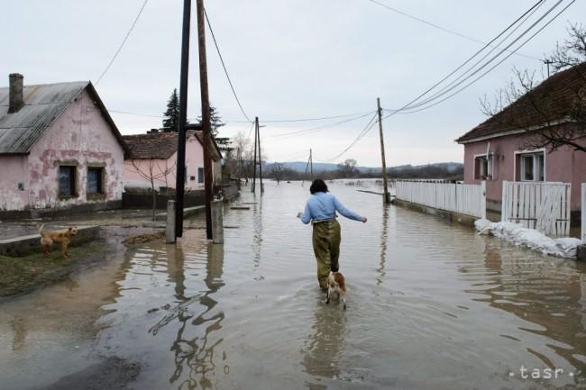 Zaplavené rodinné domy na ulici v maďarskej obci ipolytarnóc 1