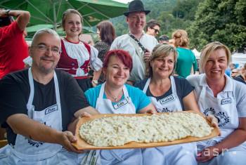 Na snímke súťažiaci počas majstrovstiev Slovenska a Európy vo varení a jedení bryndzových halušiek na  Halušky feste 2019 v obci Turecká 20. júla 2019.