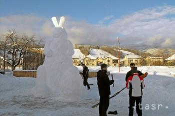 Veľkonočný snehový zajac sa oblievačky nedočkal