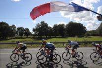 Francúzska vlajka nad cyklistami