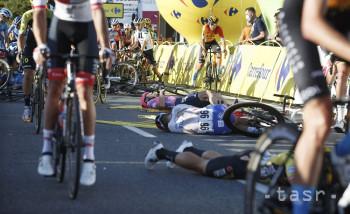 Na snímke cyklisti ležia zranení na zemi po kolízii v závere úvodnej etapy 77. ročníka pretekov Okolo Poľska 5. augusta 2020 v Katoviciach. Holandský cyklista Fabio Jakobsen (Deceuninck-Quickstep) bojuje v o život po hrozivom páde v závere úvodnej etapy 77. ročníka pretekov Okolo Poľska. Okrem neho sa zranilo aj viacero ďalších jazdcov. Dvadsaťtriročný Jakobsen narazil a preletel cez bariéru pár metrov pred cieľom po súboji so svojím krajanom Dylanom Groenewegenom, ktorého za jeho nebezpečnú jazdu z pretekov diskvalifikovali a hrozia mu aj ďalšie sankcie.