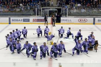 Na snímke rituál hráčov Slovana po hokejovom stretnutí KHL HC Slovan Bratislava - Dinamo Riga 8. februára 2016 v Bratislave.