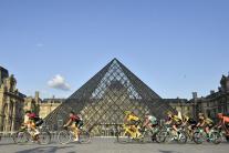 Pelotón predchádzajúci popred Louvre.