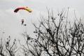 Paraglajdista spadol z výšky desať metrov, vážne si zranil chrbticu