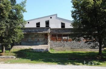 Pri kaštieli v Nižnej Kamenici stojí už roky nedostavaný kultúrny dom