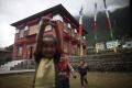 Nepálsky premiér sa radšej vzdal funkcie sám, opustili ho spojenci
