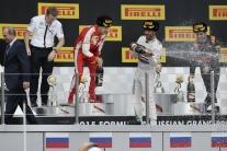 VIDEO: Ako to bolo? Hamilton tvrdí, že Putina šampanským nepostriekal