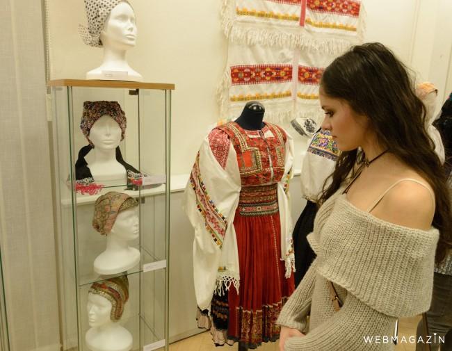 120b35af0 Ukážku krojov z rôznych regiónov Slovenska ponúka výstava Ej ženy, ženy,  ktorú v týchto dňoch sprístupnili v Krajskom osvetovom stredisku v Nitre.