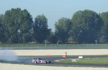 Aj na Slovensku pália automobiloví jazdci pneumatiky driftom