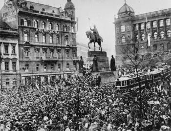 Československá republika vznikla 28. októbra 1918 rozpadom Rakúsko-uhorskej monarchie. Na archívnej snímke 28. október 1918 na Václavskom námestí v Prahe.