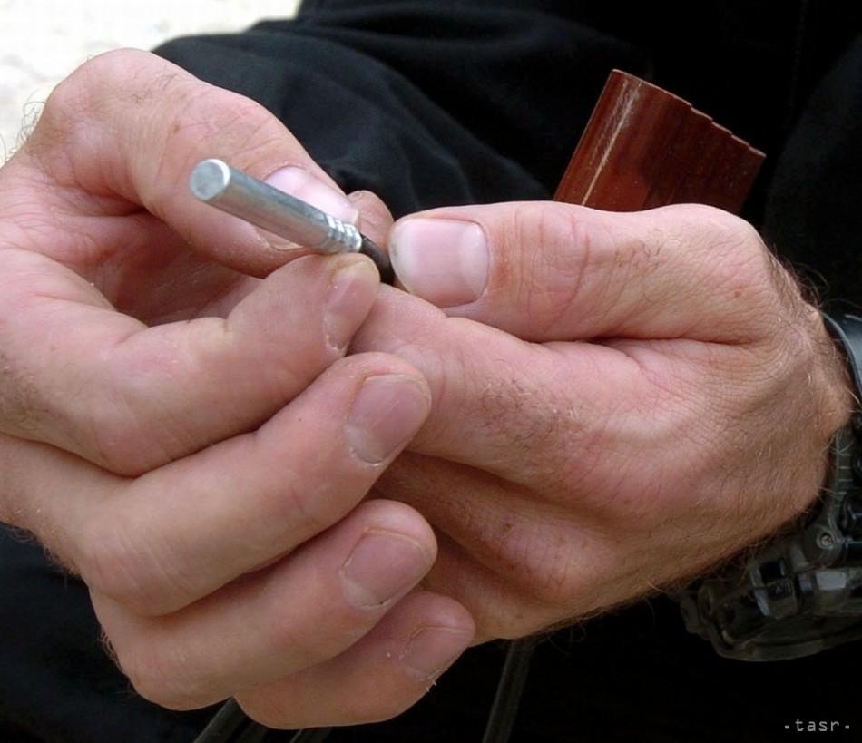 Polícia zistila,že mladík si ruky neodpílil.Tajnú dielňu našla náhodou