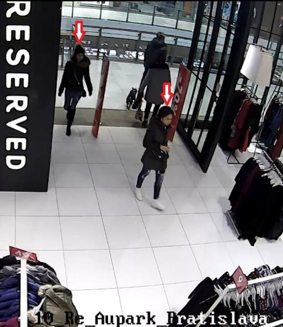 Policajti vyšetrujú krádež peňaženky v obchodnom centre na Einsteinovej  ulici. Neznáma páchateľka spôsobila majiteľke škodu okolo 200 eur. 310e6770722