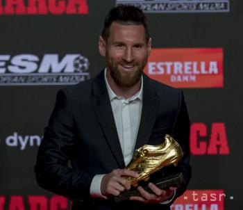 Futbalista FC Barcelony Lionel Messi z Argentíny pózuje pred novinármi po získaní v poradí šiestej Zlatej kopačky v Barcelone 16. októbra 2018.