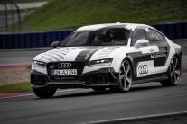Audi RS7 jazdí bez vodiča a na hranici fyzikálneho limitu