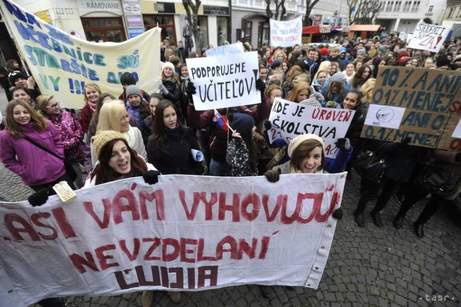štrajk učitelia Trenčín študenti - Fotodenník - SkolskyServis.TERAZ.sk 9bb418c1aad