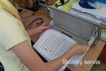 Štvrtáci vyrobili knihy, dali ich deťom do družiny, aby si mohli čítať