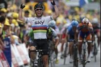 Cyklisti pred a počas 18. etapy Tour de France