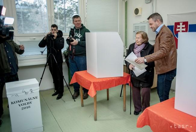 0796cbadd Na snímke predseda vlády Slovenskej republiky Peter Pellegrini (celkom  vpravo) pomáha voličke vo volebnej miestnosti počas voľby do orgánov  samosprávy obcí ...
