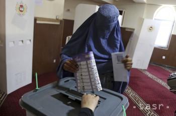 Volička vhadzuje svoj hlas do volebnej urny počas parlamentných volieb v Kábule 20. októbra 2018.