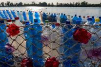 Loď z použitých plastových fliaš