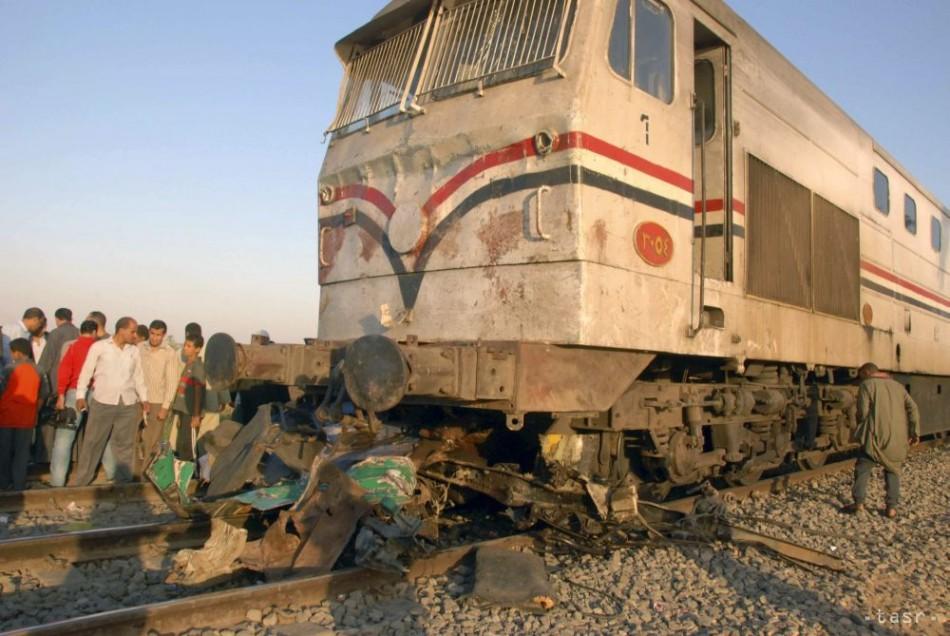Vlak v Egypte narazil do betónu, vyše 100 ľudí sa zranilo